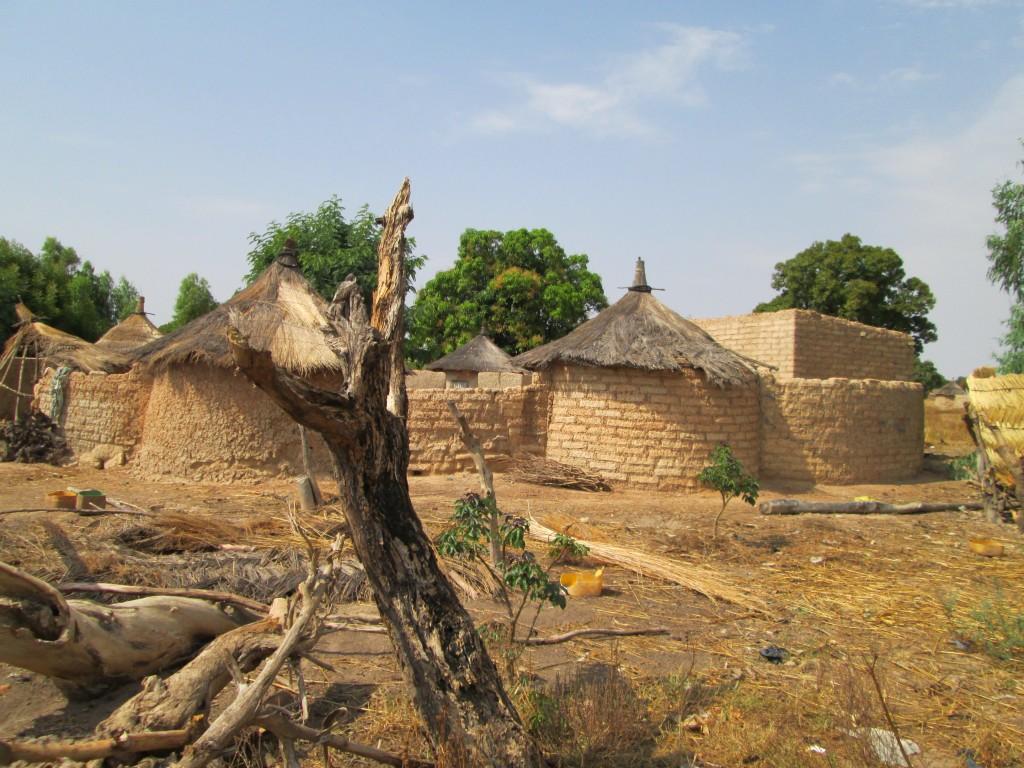 """Le village vernaculaire, la """"cour"""" de Paul"""