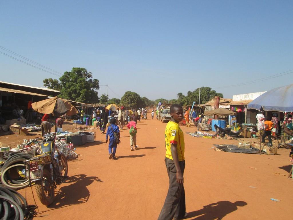 La route à Loropeni le jour du marché