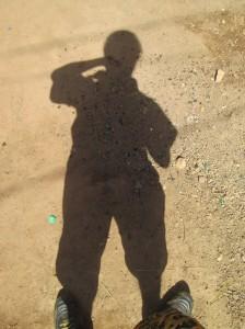 Mon ombre sur le sol de la cour à Ouaga